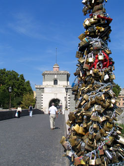 Een romantische wiebelbrug in Rome