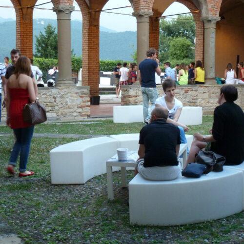 Jong en hip hangen in Bergamo